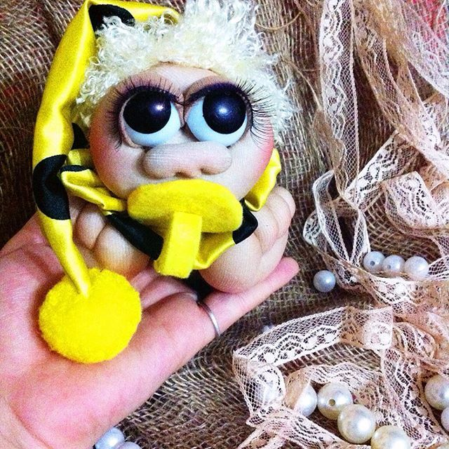 """Добрый вечер)) Пришло время познакомить вас с пупсиком Ляля))💚 хранитель здоровья малыша) Желтый -теплый цвет, он не """"хранит"""" в себе отрицательную энергию. Цвет -счастья и радости.☀ 🍁 Игрушка- сувенир 🌞 🍁 Выполнен из капрона, колпак и воротник - атлас, соска -фетр, помпончик мягкий. 🍁 Высота 10 см. , высота с колпачком 30 см. 🍁 Отправка по всей России 🍁 По всем вопросам директ/Viber 📝. #кукла #кукларучнойработы #кукланазаказ #куклаизкапрона #малыш #хранительздоровья #длядетей…"""