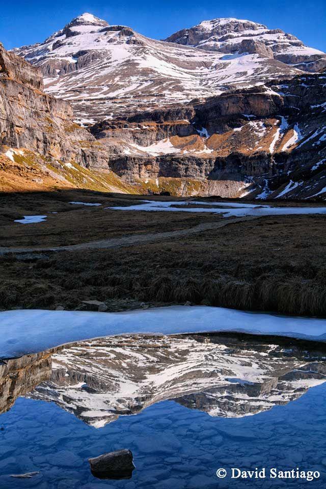 ¿Sabías que uno de los recursos que mejor funciona en la montaña son los reflejos? Este y otros consejos nos los ofrece el reconocido fotógrafo David Santiago en la revista Viajeros (edición impresa y on line)