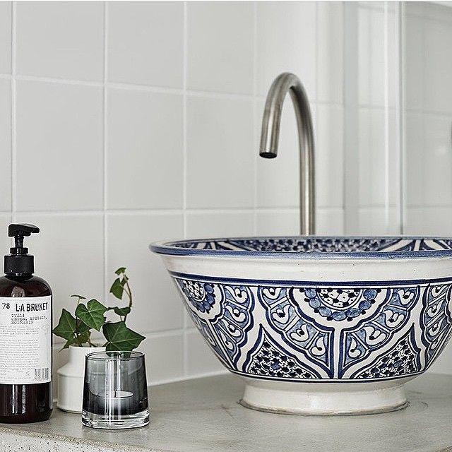 Instagram media by renoveringsdamm - [ b a d r u m ] Fina inspirerande detaljer till badrummet. Här betongbänkskiva med handfat från Marrakech. Bostad förmedlas av @femtiofemkvadrat