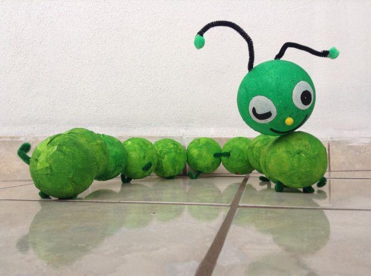 Gusano verde hecho con bolas de unisel