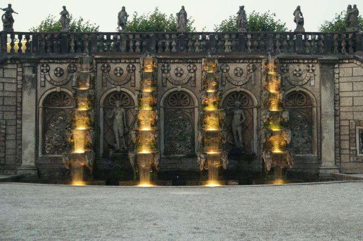 Illumination und große Kaskade in den Herrenhäuser Gärten Hannover Herrenhausen - aufgenommen und gepinnt vom Immobilienmakler arthax-immobilien.de