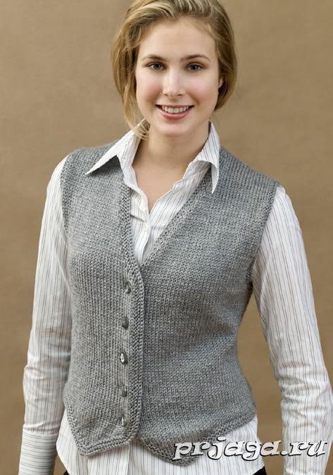 Классическое вязание жилетки спицами для женщин выполняется лицевой гладью с платочным узором вдоль низа, полочек и горловины. Проймы так же обвязаны платочным узором.