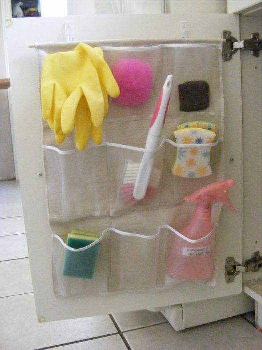 На дверцу шкафа с бытовой химией повесьте органайзер с карманами, где будут храниться нужные мелочи для уборки.