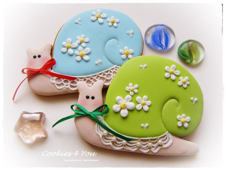 Spring snails dressed in flowers and lace, cookies by Lyudmila Moskalenko, posted on Cookie Connection