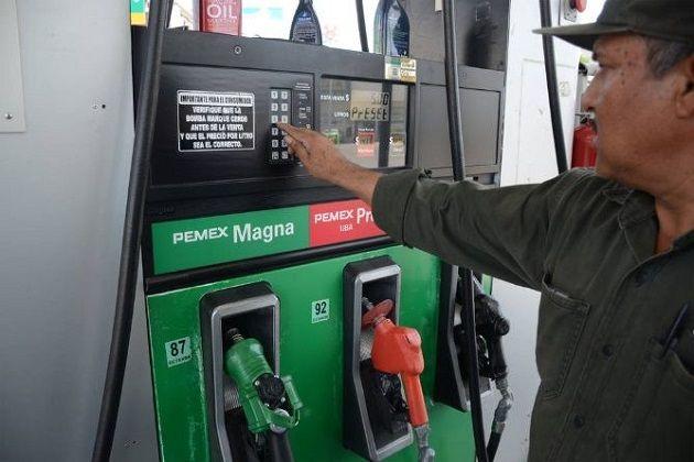 La dependencia federal detalló que los precios máximos vigentes este sábado disminuirán dos centavos por litro, con lo que la gasolina Magna tendrá un costo de 15.97 pesos por litro, ...