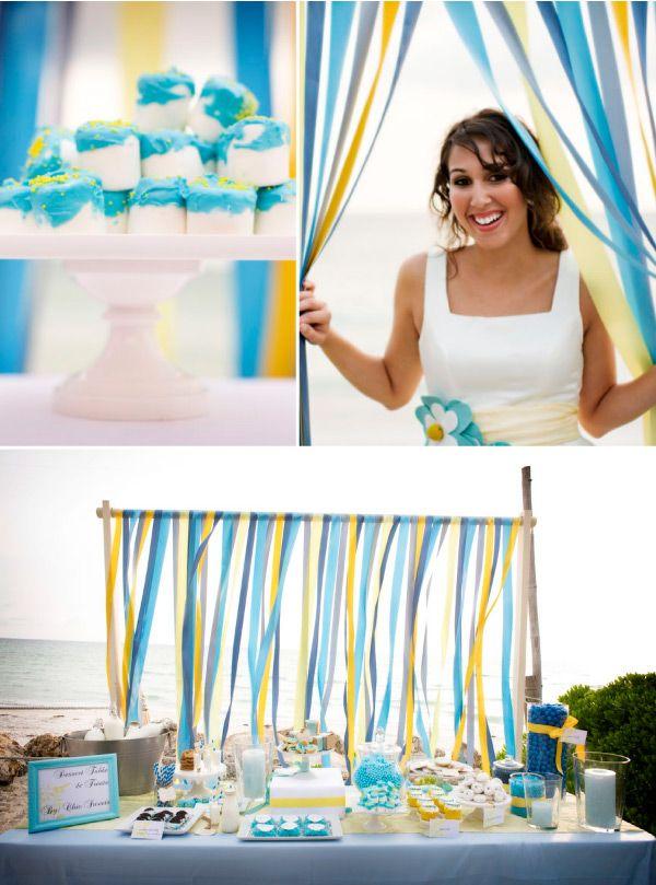 Una mesa de dulces muy festiva para una boda en la playa / A festive dessert table for a beach wedding