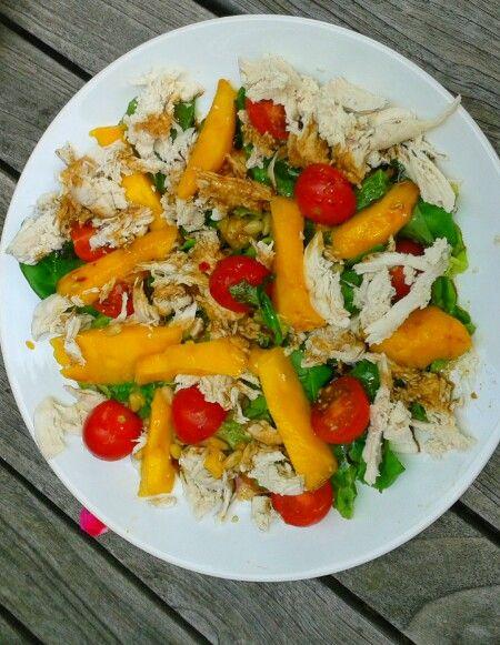 Thaise mango kip salade: voor 3 pers. Dubbele kipfilet koken en pluizen. 1 rijpe mango in stukken' 1 krop sla en wat rucola. Bakje cherry tomaatjes. Geroosterde pijn boompitjes. Volgende keer gebakken uienringen erbij proberen. Dressing: citroensap 3el olijfolie, bruine suiker,theelepel vissaus en scheutje sojasaus.