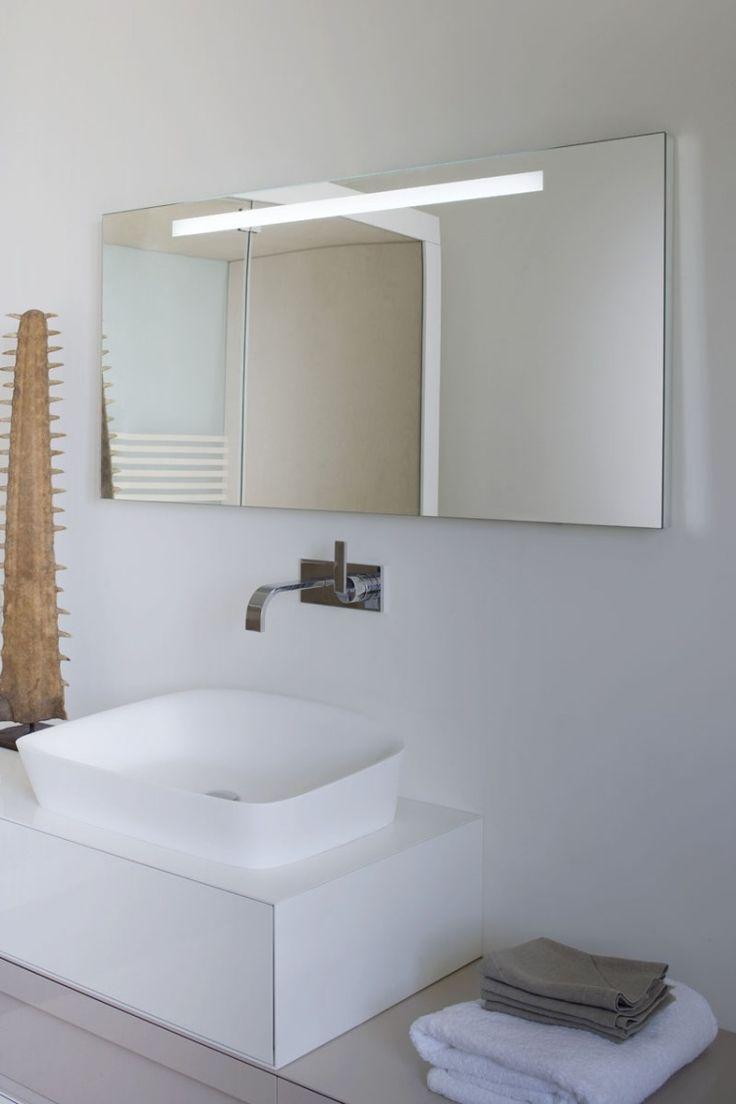 Badezimmer Spiegel Mit Integrierter Beleuchtung Ist Bequem Und Nützlich,  Auch Wenn Sie Nicht Zu Den Eitlen Personen Zählen. Zu Dem Modernen Design  Des Bades