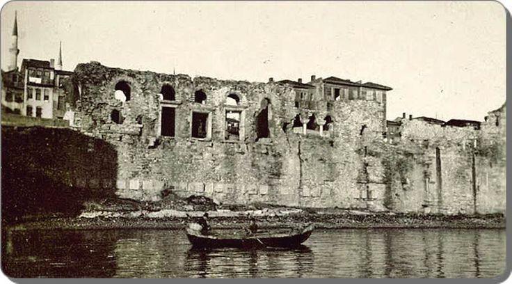 1918 Bukoleon Sarayı-Bukoleon Sarayı - 1930 lar (N. V. Artamonoff)  İstanbul'da, tarihî yarımadanın Marmara Denizi kıyısında bugünkü Cankurtaran ile Kumkapı arasındaki Çatladıkapı mevkiinde, Küçük Ayasofya'nın hemen doğusunda bulunan ve bugüne yalnızca kalıntıları ulaşmış olan Bizans sahilsarayı.
