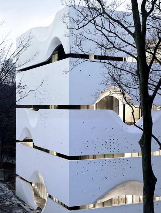 Дом CIPEA 4 (House CIPEA 4) в Китае от AZL Architects. Этот современный четырёхэтажный дом на одну семью построен в лесу Лаошана на территории китайской международной практической выставки архитектуры (CIPEA). Всего в рамках выставки 11 китайских и 13 иностранных архитекторов разработали 24 проекта, в том числе 20 жилых домов и 4 общественные здания. Этот проект - один из них. Сам дом имеет простую форму и план. По периметру на всех этажах устроены балконы, ограждение которых создаёт ритм и…