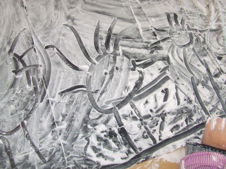 Groep 1/2, tekeningen maken in scheerschuim. nodig: bus scheerschuim, eventueel vuilniszakken om de tafel af te plakken, schorten voor de kinderen en klaar is je super leuke activiteit! Perfect als je gaat invallen en weinig tot geen tijd hebt om iets voor te bereiden. Plezier gegarandeerd!  Practicing motorial skills/writing in shaving foam. So much fun!