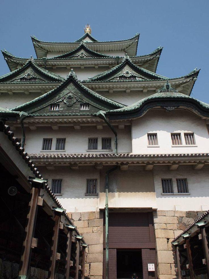 bryan… お城というと、歴史的資料を見ながらなんとなく当時を思い浮かべてみるといったイメージではないでしょうか?もちろん歴史を存分に感じることはできるのですが名古屋城はそれだけではないんです。アトラクション的なイベントがあり、あまり歴史に詳しくない人でも楽しめるんですよ!! 1.名古屋城とは? 名古屋城は姫路城、熊本城とともに日本三名城の一つとして有名です。伊勢音頭で「伊勢は津でもつ、津は伊勢でもつ、尾張名古屋は城でもつ」と詠われるほどのお城なんです。歴史的には徳川家康が天下統一の最後の布石として築いた城で、徳川御三家の一つの尾張徳川家17代の居城として明治まで利用されていました。 hiyang.on.flickr 2.名古屋城の5つの見どころ 金のシャチホコ 天守閣の頂上に堂々とそびえる金のシャチホコ。まさに名古屋城のシンボルともいえるものなのですが、名古屋城に限らず名古屋に深く浸透しているんです。 bryan……