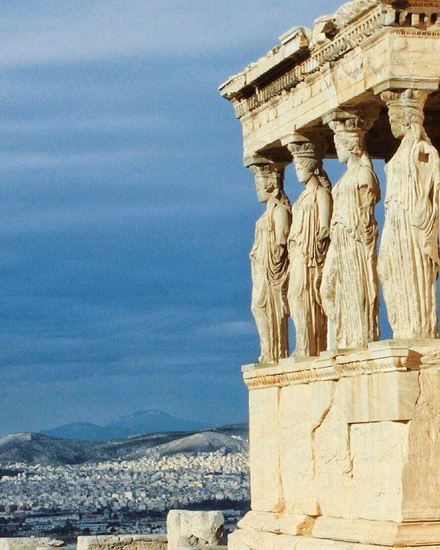Несмотря на чудесную погоду в Москве, прекрасные девушки Акрополя продолжают радоваться теплому Афинскому солнышку, которое вот-вот выглянет из-за облаков⛅ #greece #athens #loveathens #acropolis  #erechtheion @greeceandrome @great_athens #греция #афины #акрополь #эрехтейон #вгрециюнавыходные