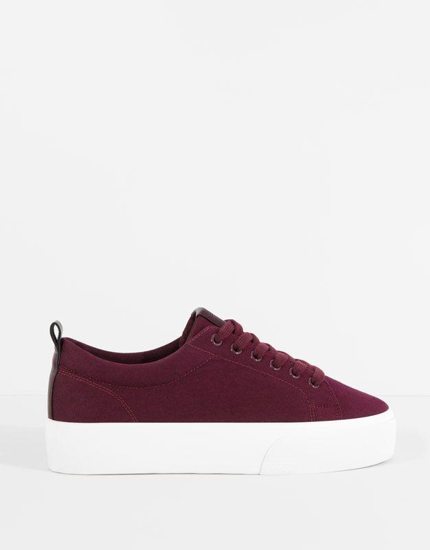 Compra lo último en zapatillas de mujer para el otoño 2016 en PULL&BEAR. Deportivas con cuña, slip on, bambas y zapatillas metalizadas. #flechazo