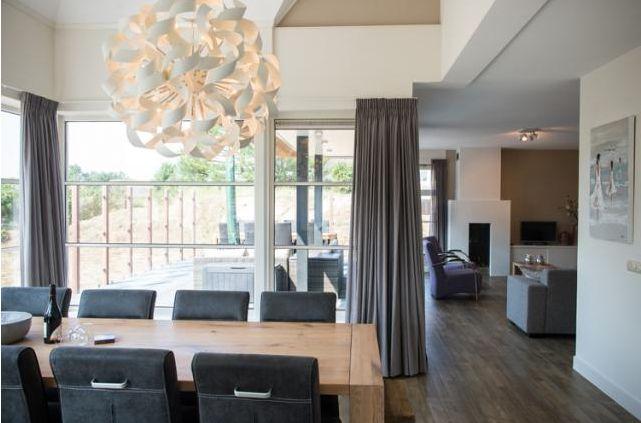 """Villa """"Zee"""" is een prachtige luxe vakantievilla die geschikt is voor gezelschappen van acht personen. De Villa heeft een sfeervolle uitstraling en beschikt over luxe voorzieningen zoals een open haard, een sauna en een solarium. Er is een ruime tuin aanwezig met een heerlijk op het zuiden gelegen terras."""