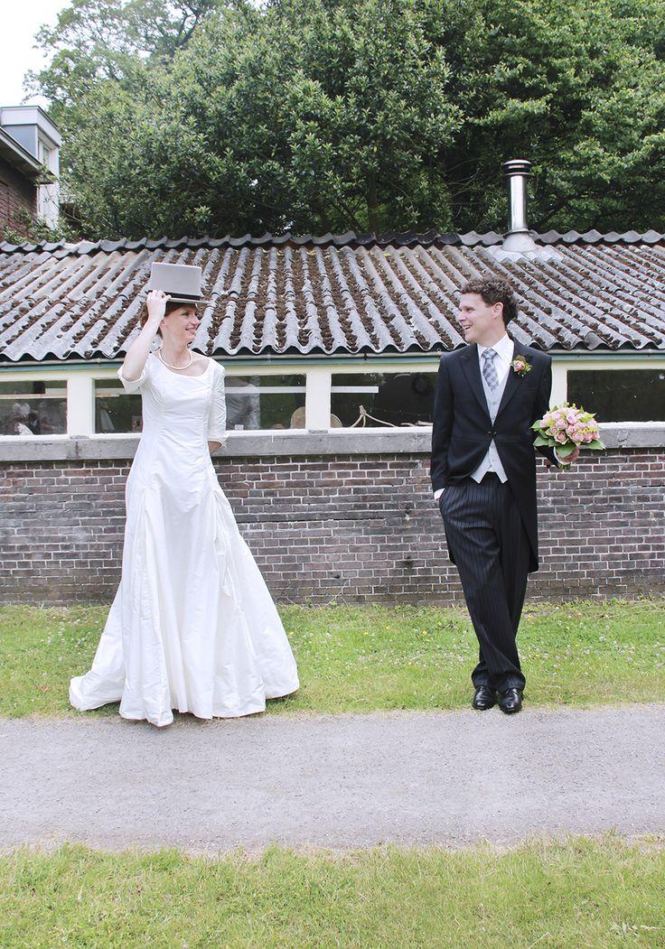Haar bloemen en zijn hoed #funnyweddingpicture #gekkebruidsfoto