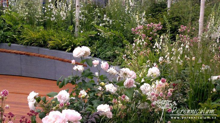 """Zahrada Positively Stoke-on-Trent. Z horkých červených odstínů červené přechází květy trvalek přes růžovou do čistě bílé, což má symbolizovat revitalizaci města Stoke-on-Trent, znovu propojení s přírodou, čistší a """"zelenější"""" město budoucnosti."""