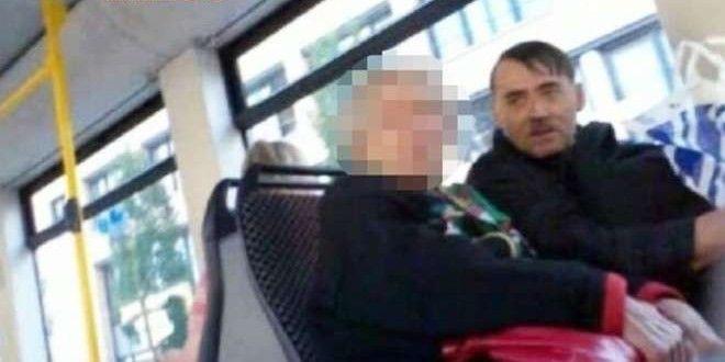 Il sosia di Hitler che vive scattando selfie coi turisti