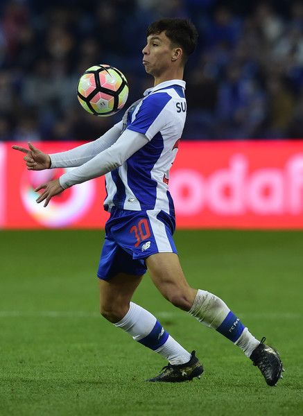 Porto's Spanish midfielder Oliver Torres controls the ball during the Portuguese league football match FC Porto vs Rio Ave FC at the Dragao stadium in Porto on January 21, 2017..Porto won the match 4-2. / AFP / MIGUEL RIOPA