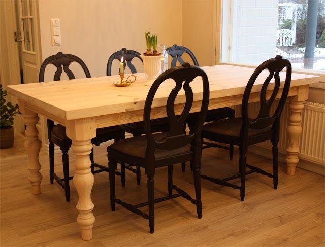 Sorvattujalkainen JUVIn ruokapöytä on vahattu kevyesti kuultavalla valkoisella vahalla.