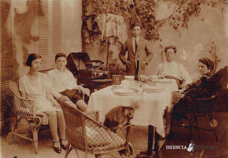 """""""Foto di famiglia con fonografo"""" - Via Capriolo - 1925 http://www.bresciavintage.it/brescia-antica/storie-di-persone/foto-di-famiglia-con-fonografo-via-capriolo-1925/"""