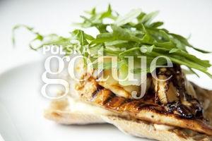 Kanapka z grillowanym miodowo-cytrynowym kurczakiem