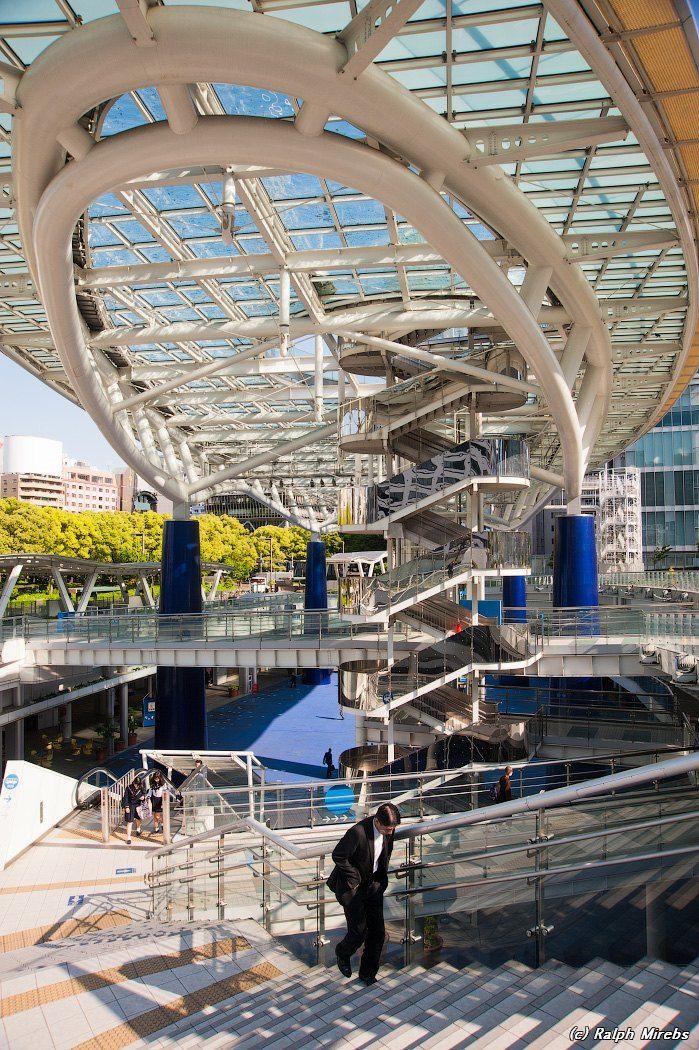 Япония: Нагоя и её современная архитектура | STENA.ee (c) Spaceship Aqua – Космический корабль воды. Здание было построено в 2002 году включает в себя автобусный терминал, небольшие магазины, заведения общественного питания и Покемон-центр.