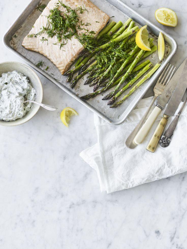 Bagt laks med asparges og urtecreme