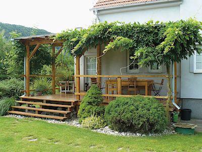 Dřevěná a zastřešená terasa byla k domu přistavěna a náramně se osvědčuje. Už…