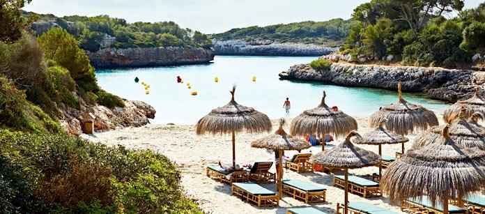 Cala d´Or ligger på Mallorcas östkust. Här finns små badvikar omgivna av branta klippor och lummig grönska. Reser du med barn bor du bäst på något av Vings Family Garden hotell.