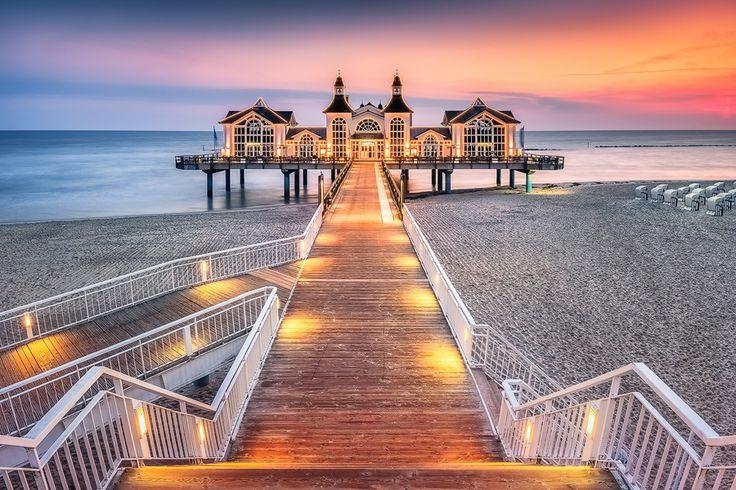 Märchenhafte Seebrücke (Sellin / Rügen), Brückenhaus, Dämmerung, Ostsee, Seebrücke, Sellin, Sonnenaufgang, Strandkorb, Beleuchtung, Treppe