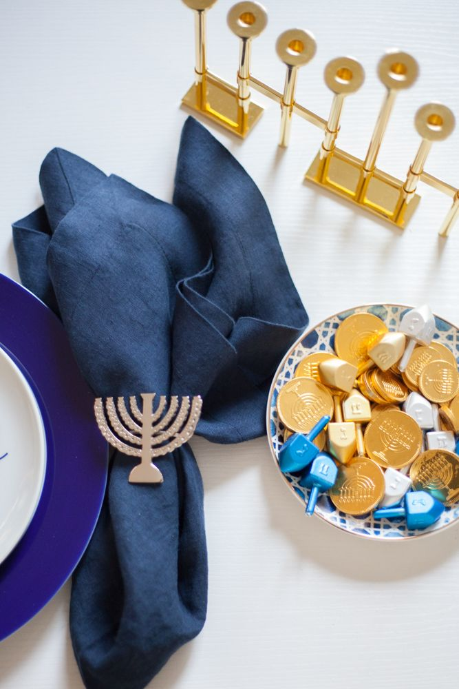 Hanukkah doesn't have to be all primary colors and sparkles. It can be classy and modern! I put together some Modern Hanukkah decorations for you. Feliz Hanukkah, Hannukah, Happy Hanukkah, Hanukkah 2019, Small Birthday Parties, Hanukkah Decorations, Table Decorations, Picnic Foods, Picnic Recipes