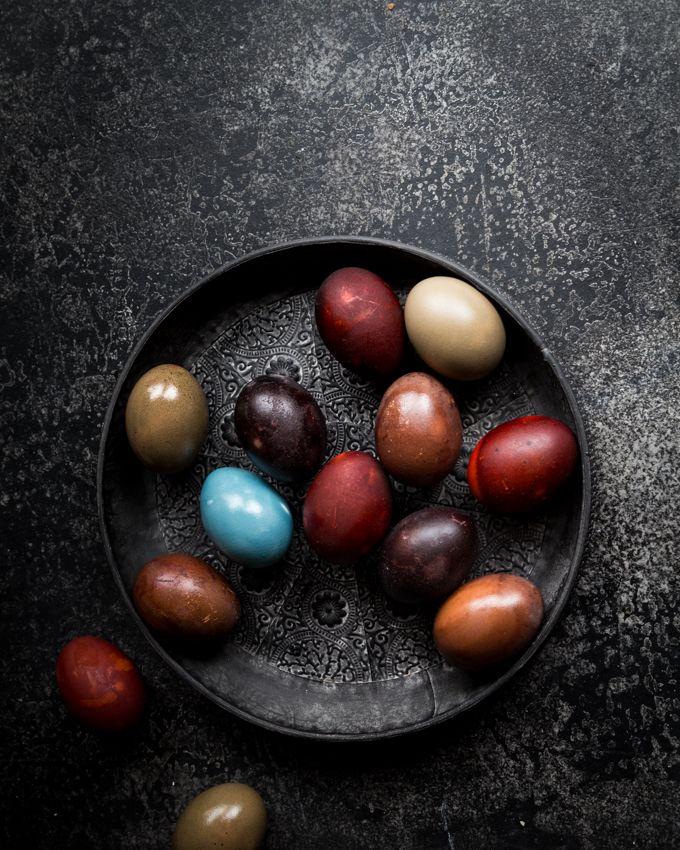 luonnonvärein värjätyt pääsiäismunat, pääsiäismunien värjääminen punajuurella, punakaalilla, pääsiäismunat, vinkkejä pääsiäismunien värjäämiseen