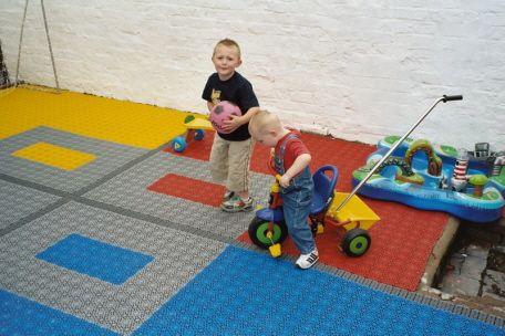 Sorgenfreies und unbedenkliches Spielen der Kinder auf Bergo Bodenbelag