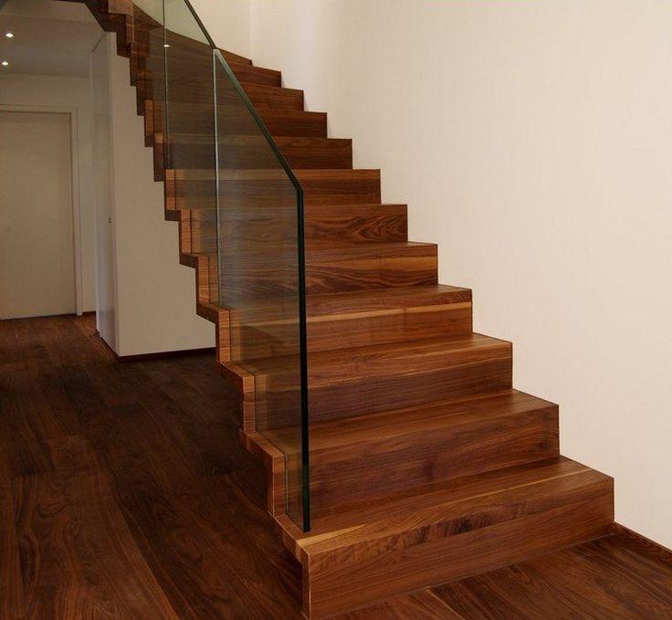 Escalier design Linéa en bois vernis et garde-corps tout verre.