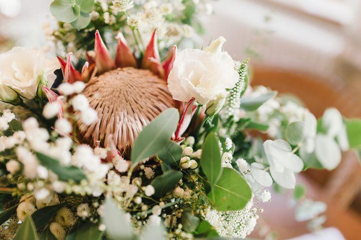 Boho wedding detail. Das Highlight dieses wilden, natürlichen Brautstrauß ist eine Königs-Protea in einem zarten altrosa Ton. Unterstrichen wird sie durch Eucalyptus, Lysianthus und Schleierkraut (Blumen: @wildflowerstgt / Foto: http://blog.melanie-metz.de)