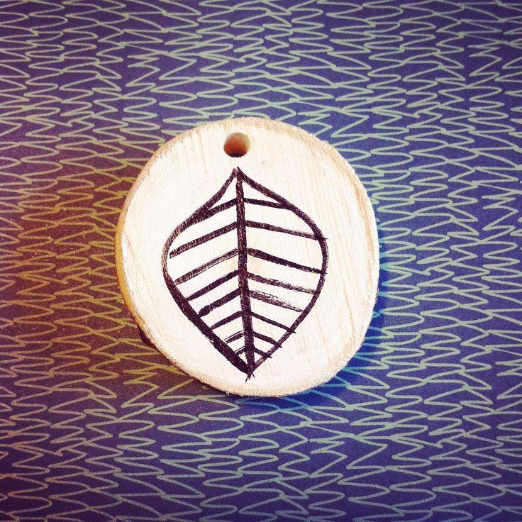 Ciondolo in legno dipinto a mano   #scesedalpero #ciondolo #fattoamano #handmade #illustration #foglia #foglie #illustrazione #leafe