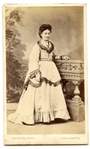 1860 WOMAN ELABORATE FRINGED DRESS CDV PHOTO CARTE DE VISITE NORTHAMPTON FASHION