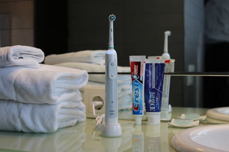 La higiene bucal o dental es la práctica de mantener la boca limpia y libre de enfermedades por medio de cepillado y limpieza regular entre los dientes. Es importante que la higiene bucal se complete periódicamente ya que puede prevenir la aparición de enfermedades dentales. Los tipos más comunes de enfermedad dental son la caries dental, la gingivitis y la periodontitis.