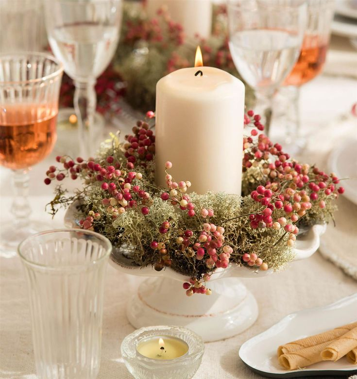 Portavelas de porcelana, con pimienta rosa, musgo y vela blanca_00418734