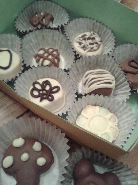 Homemade bonbons. Gemaakt door dochterlief. Marsepein in chocolade gedoopt. Makkelijk en lekker♥