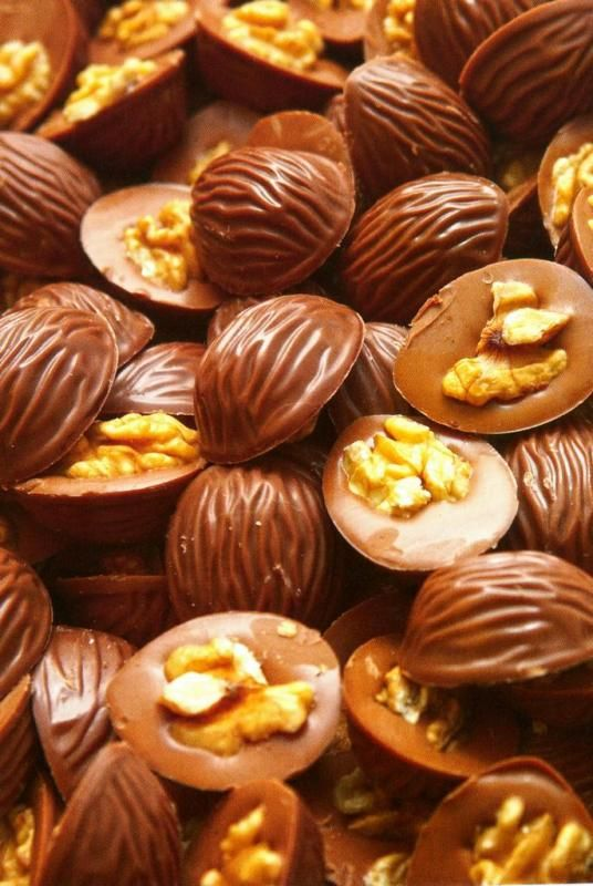 Молочный шоколад с орехами / Темный шоколад с орехами - ПОЛОВИНКИ ГРЕЦКОГО ОРЕХА С ГРЕЦКИМ ОРЕШКОМ