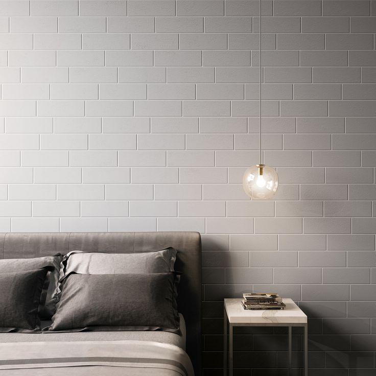 La parete dietro la testata di questo letto é rivestita con il muretto a mattoncino 10x30 della ...