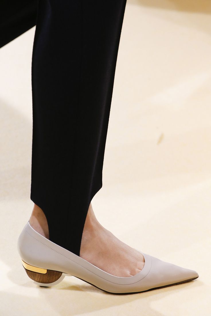 """Mira por dónde! Vuelven los estribos en los leggins. Pues estos sí que puede que caigan, estilizan muchísimo por la tensión que realizan en la pierna y la largura extra que """"aportan"""", impecables siempre con botas."""