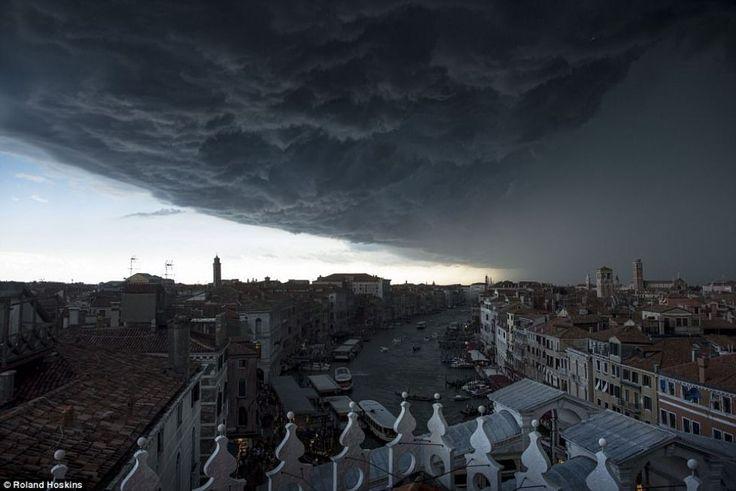Nori negri de furtună au acoperit cerul Veneției marți, spectacolul naturii fiind surprins în imagini impresionante FOTO Daily Mail/Roland Hoskins