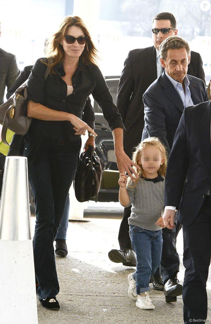 Nicolas Sarkozy, sa femme Carla Bruni-Sarkozy et leur fille Giulia Sarkozy quittent l'hôtel Four Seasons et arrivent à l'aéroport international Ezeiza à Buenos Aires en Argentine, le 30 août 2015 pour un retour sur Paris.