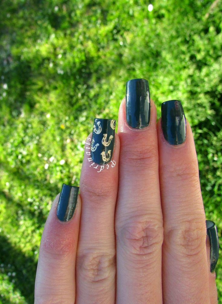 Quando una passione tinge le unghie: horseshoe accent nail art - gold and green nails  | Pedrìnails