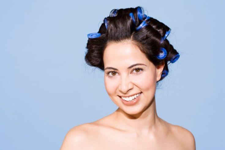 Cómo rizar el pelo con rulos de espuma. Los rulos de espuma están compuestos por una espuma suave y acolchada,  una barra plástica y un clip que sujeta el pelo. Estos rulos son muy delicados con tu pelo, ya que no usan calor para rizarlo, y la espuma es menos propensa a engancharse o dañar el ...