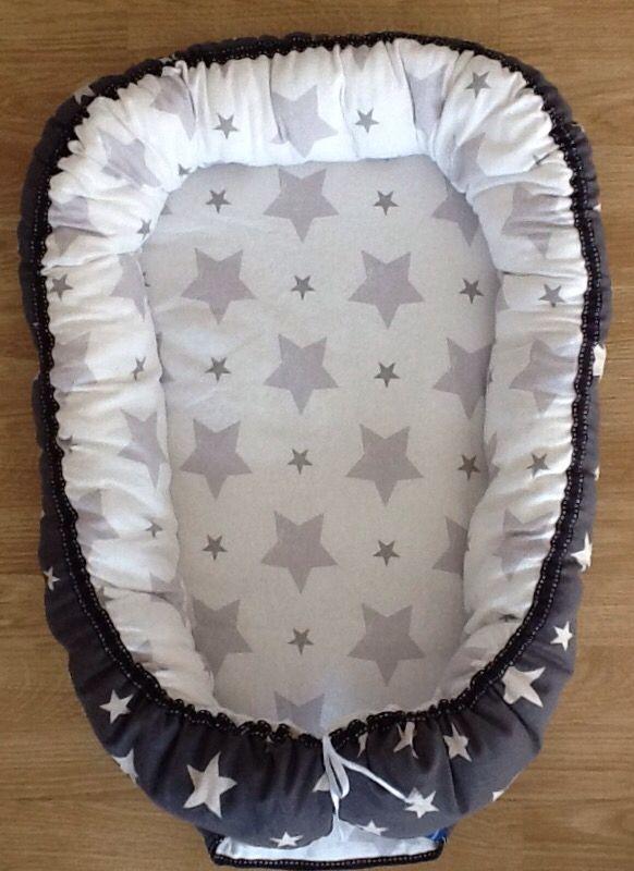 Babynest med grå og hvite stjerner