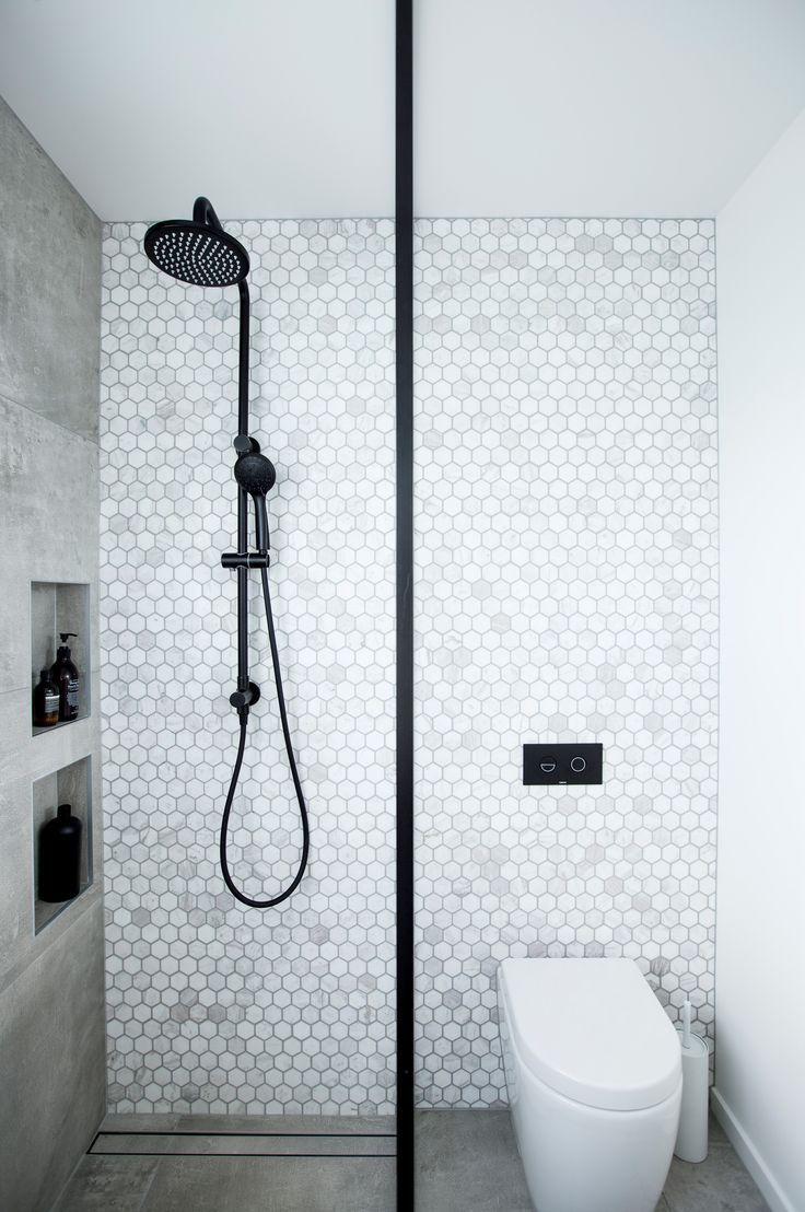 Marble Hexagon Feature Wand Mit Betonoptik Flo Decken Beton Feature Badezimm In 2020 Bathroom Feature Wall Bathroom Interior Design Ensuite Shower Room